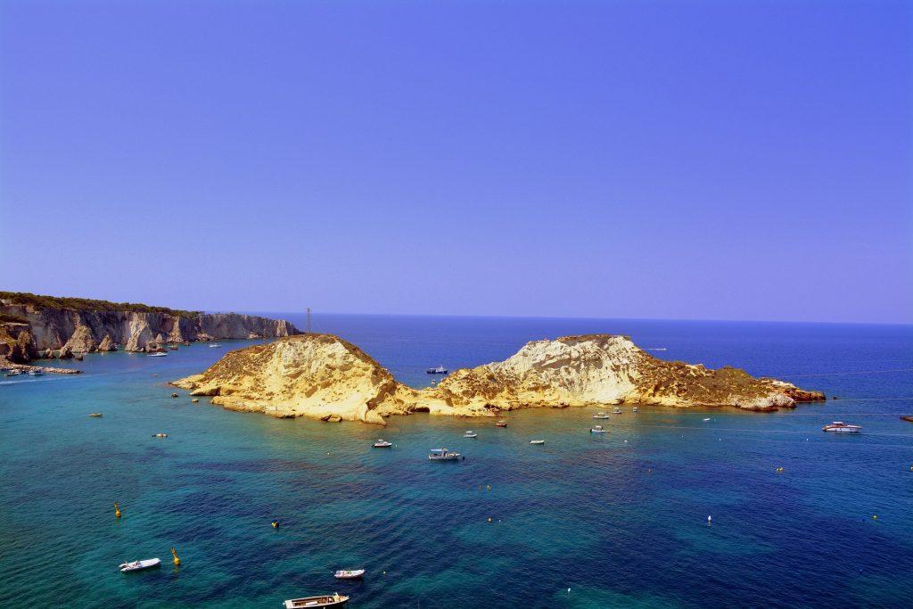 Rocce, scogliere, mare e barche alle isole Tremiti | Traghetti Vieste Tremiti
